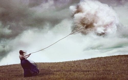 Kvinde trækker sky efter sig