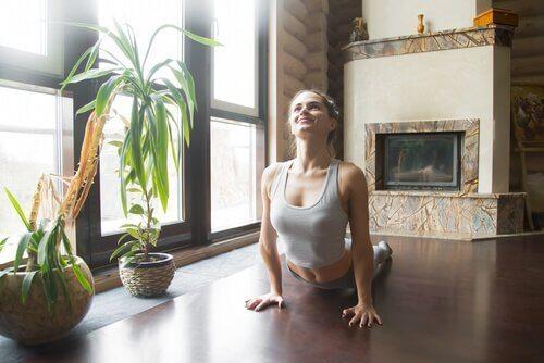Kvinde laver yogaøvelser