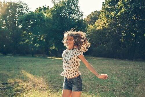 lykkelig kvinde i park