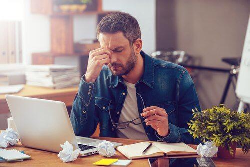 En mand arbejder hårdt på sin computer