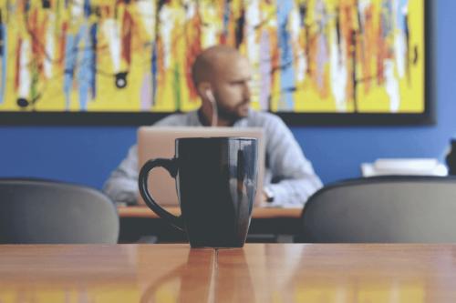 mand, der isolerer sig på grund af narcissister på arbejdspladsen