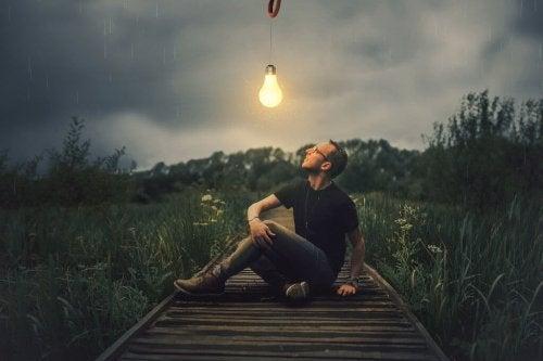 En fyr ser på en lyspære om natten.