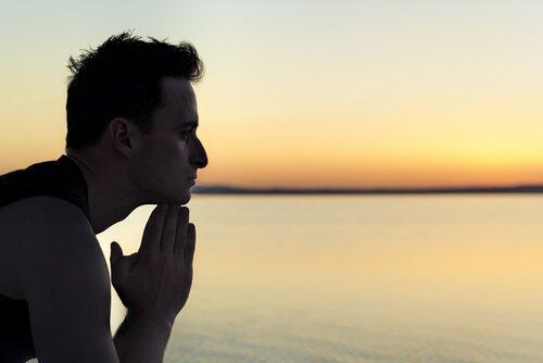 Mand ved hav tænker over livet