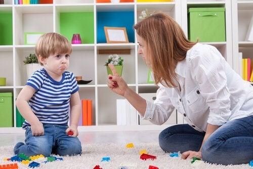 Mor anvender følelsesmæssig afpresning overfor barn
