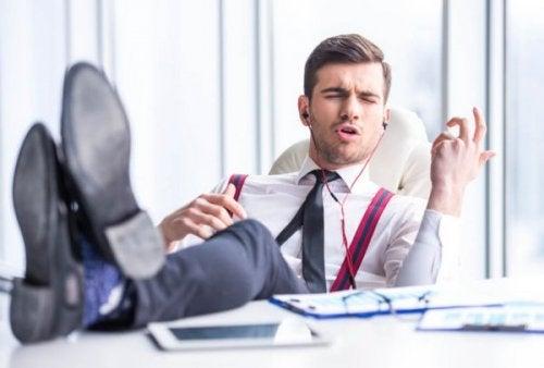 En narcissist på arbejde, der lytter til musik