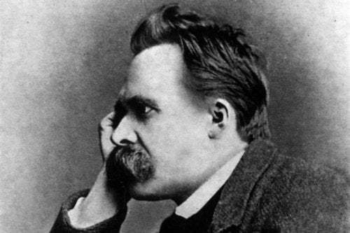 Nietzsche tænker med hånden mod kinden