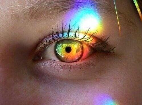Regnbue foran persons øje illustrerer, hvordan en meget følsom person ser verden