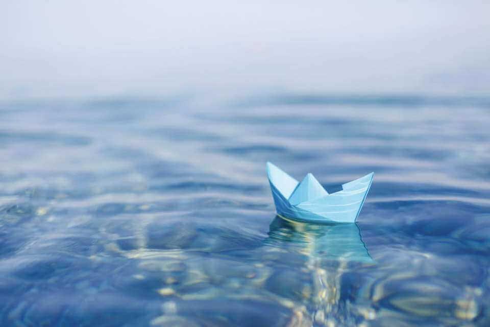 papirskib på det åbne vand