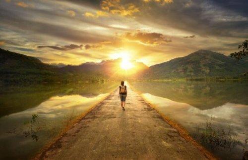 Person går på vej mod sol