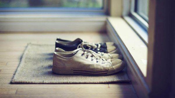 Vi kan spare meget rengøring ved at smide skoene ved døren