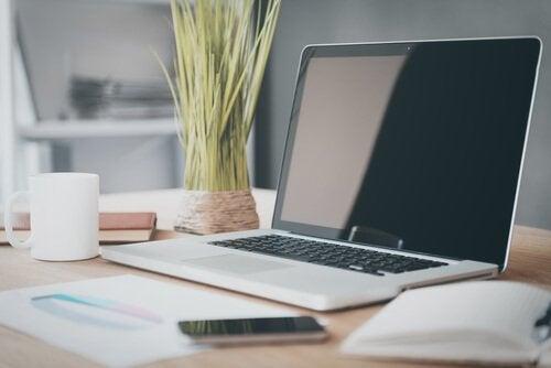 Nydeligt skrivebord med computer