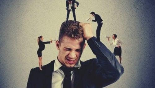 Små mennesker, der råber af mand, illustrerer mikroaggressioner