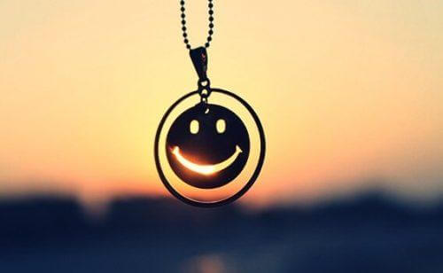 Smiley i kæde foran solnedgang