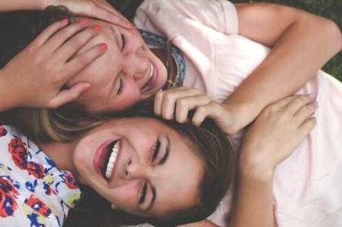To leende teenagere med hovederne sammen
