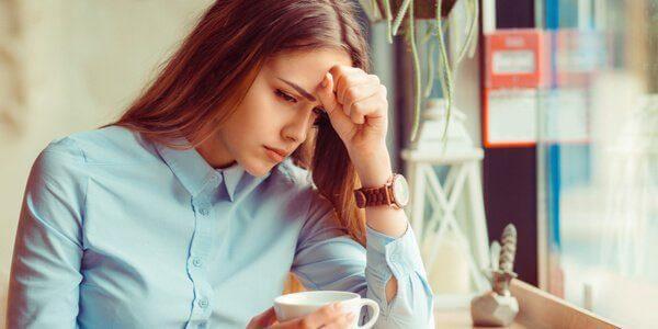 Kvinde med hypokondri tager sig til hoved