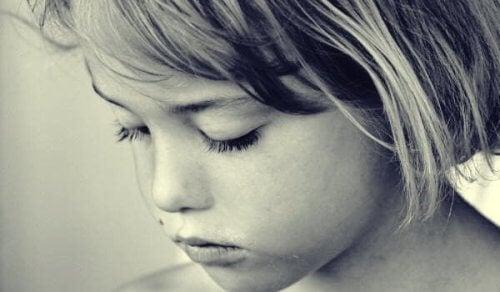 En lille pige, hvis forældre påvirker hendes mentale helbred