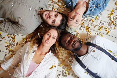 To mænd og to kvinder på gulv symboliserer polyamori