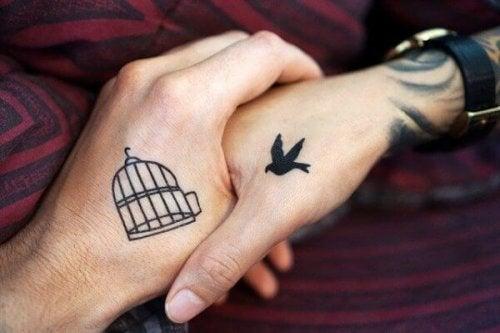 To hænder med venskabstattoveringer