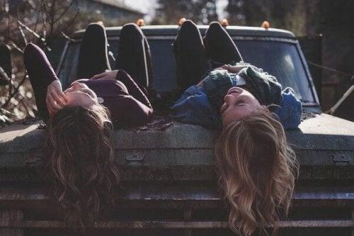 Glade veninder liggende på en bil