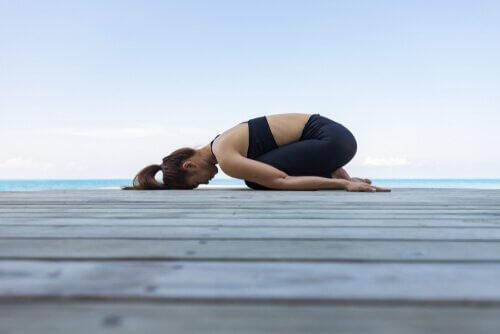 Kvinde laver yogaøvelser på bro