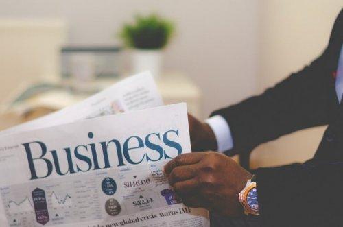 Forretningsmand læser avisen