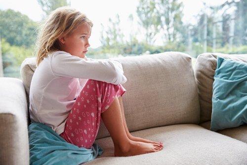 Fortvivlet pige i sofa