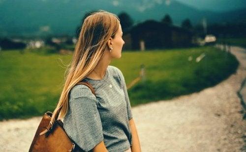 En kvinde med en følelsesmæssig løsrivelse kigger tilbage
