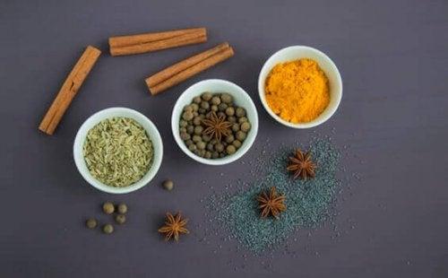 Krydderier på bord
