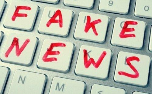 """Tastatur med teksten """"fake news"""", som betyder falske nyheder"""