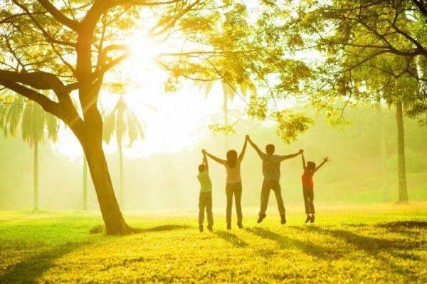 Familie i skov udstråler positiv familieatmosfære