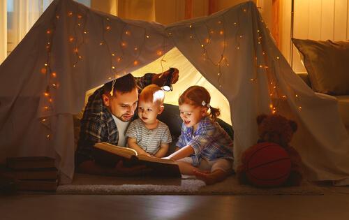 Højtlæsning i telt på værelse