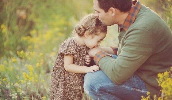 Far kysser datter på hoved