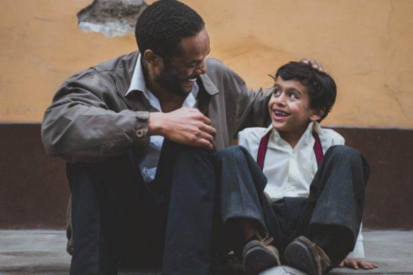 Grinende far og søn udstråler positiv familieatmosfære