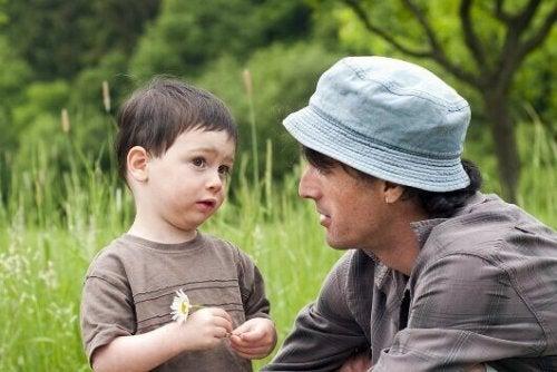 Far taler med søn om retten til at sige nej