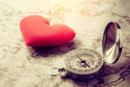 Et rødt hjerte og et kompas på et landkort