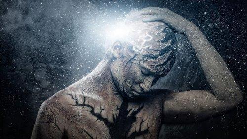 Person, der tager sig til hoved, omgivet af lys og stjerner