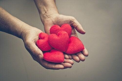 Person holder hjerter i hænderne