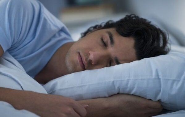 Mand sover i seng