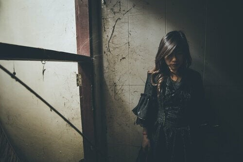 Kvinde alene i mørkt lokale