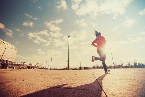 Person løber for at blive bedre og opnå fortrinlighed