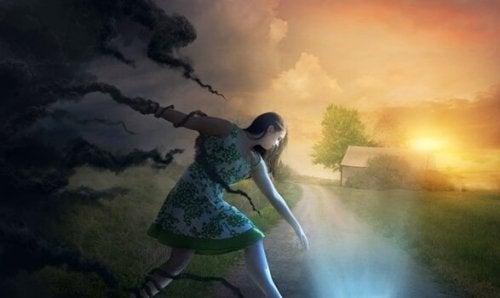 En kvinde fanget af sorte skyer, prøver at slippe væk