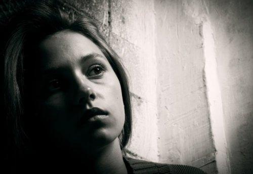 Kvinde i mørke lider under at bære nag