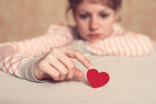 Trist kvinde med hjerte kan ikke undgå følelsesmæssig afhængighed