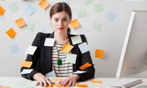 Kvinde bruger post-its for at undgå planlægningsfejl
