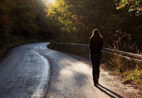 Kvinde går alene på vej