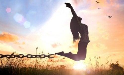 En kvinde springer fri af nogle lænker. Zen-læren kan være baggrunden for denne frihed.