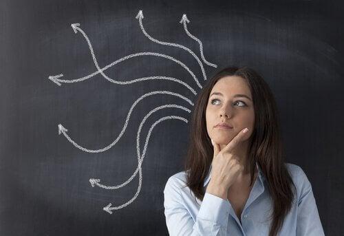 kvinde tænker på muligheder