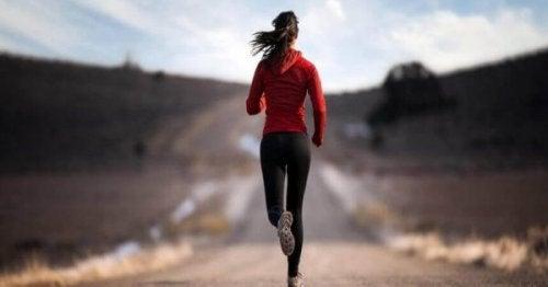 En kvinde er ude at løbe en tur. Hvor der er vilje, er der vej.
