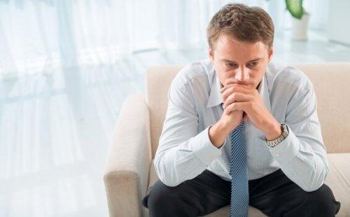 Mand på sofa er frustreret over, at psykoterapi kan fejle