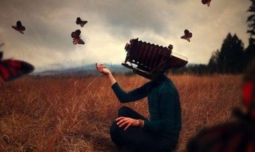 Person med kamera som hoved sætter sommerfugle fri